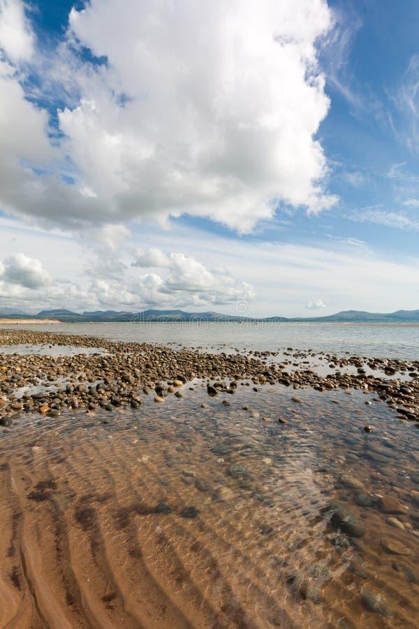 Formazione della nuvola e delle rocce sopra l'isola di Llanddwyn, Anglesey, Gwynedd, Galles, Regno Unito fotografia stock