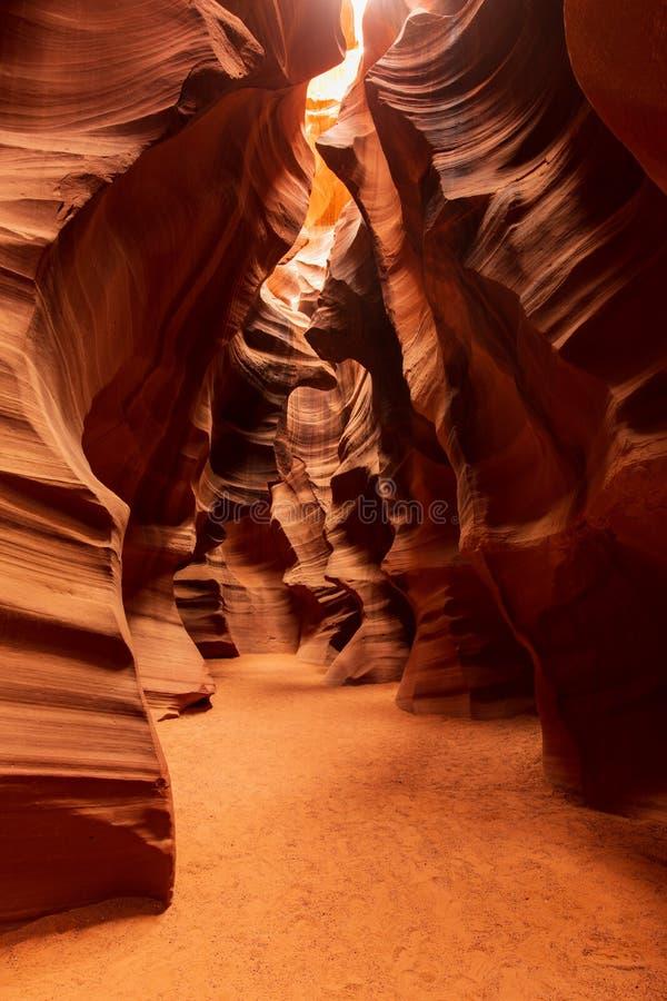 Formazione di modello astratta di luce e di ombra nel canyon superiore dell'antilope fotografia stock libera da diritti
