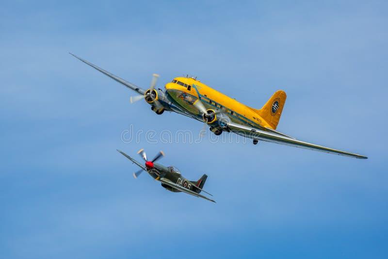 Formazione di mustang P-51 e di Douglas nordamericani DC-3 Skytrain immagine stock libera da diritti