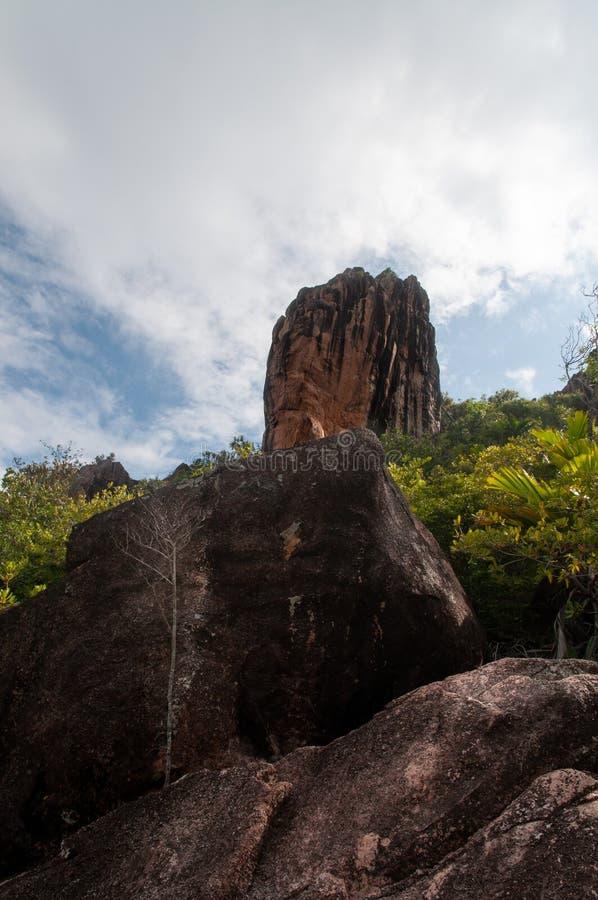 Formazione di pietra della lava, monolito, nel parco naturale dell'isola del curieuse, le Seychelles fotografie stock libere da diritti
