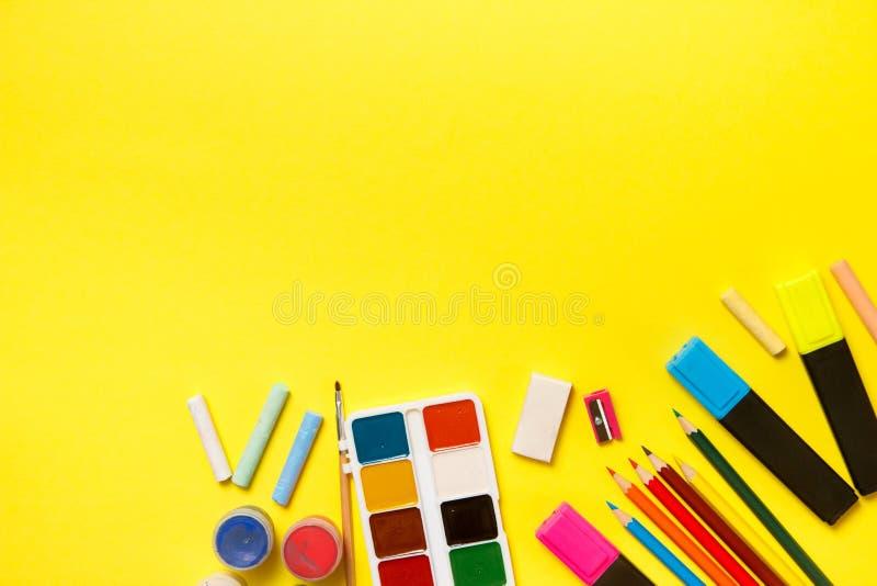 Formazione e di nuovo al concetto del banco Rifornimenti di scuola per attingere un fondo giallo Vista superiore, disposizione pi immagine stock