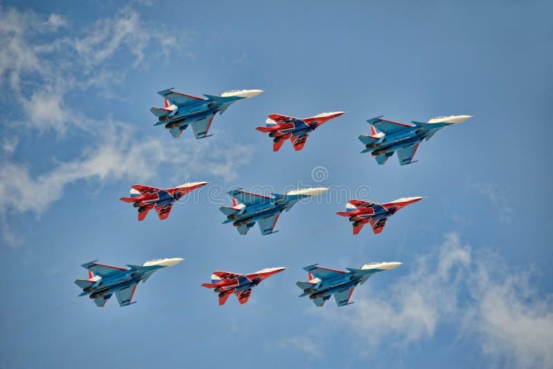 Formazione a forma di diamante unica di aerei da caccia russi MiG-29 e Su-30SM fotografia stock libera da diritti