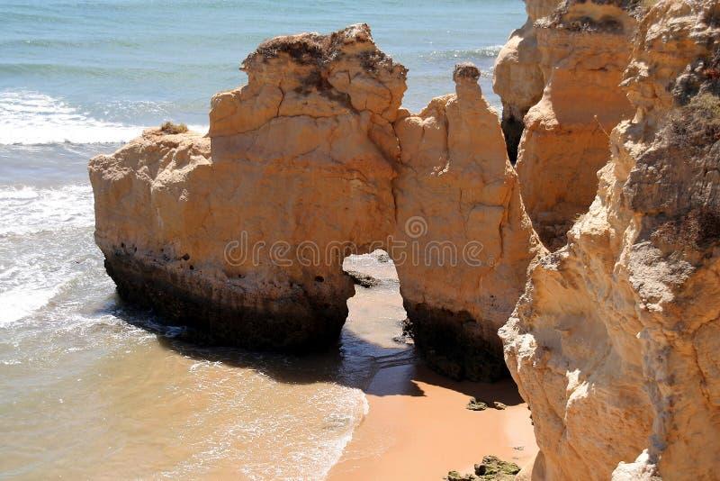 Formazione rocciosa con un foro fotografia stock