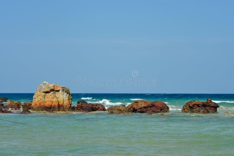 Formazione rocciosa dalla spiaggia fotografie stock libere da diritti