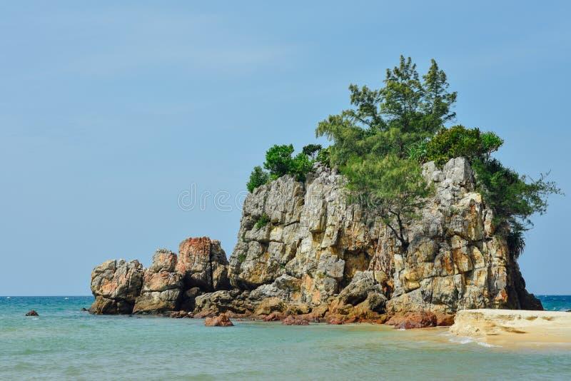 Formazione rocciosa dalla spiaggia immagine stock