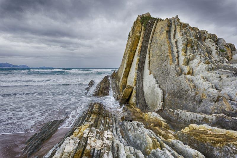 Formazione rocciosa della flysch a Sopelana immagine stock