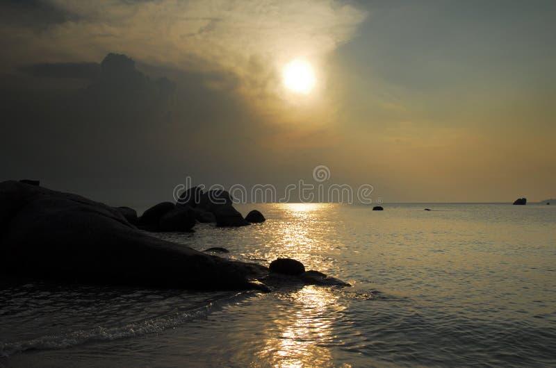 Formazione rocciosa naturale alla costa durante il tramonto all'isola del Belitung, Indonesia immagine stock