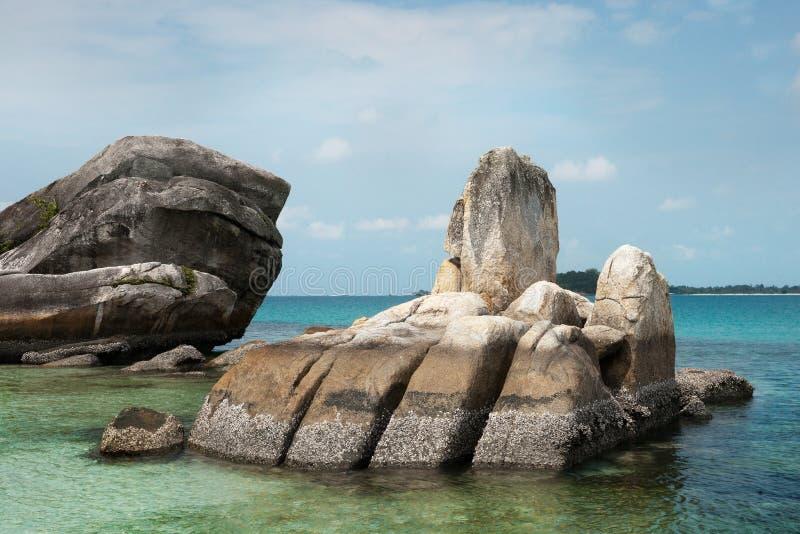 Formazione rocciosa naturale della costa in mare all'isola del Belitung, Indonesia immagine stock libera da diritti