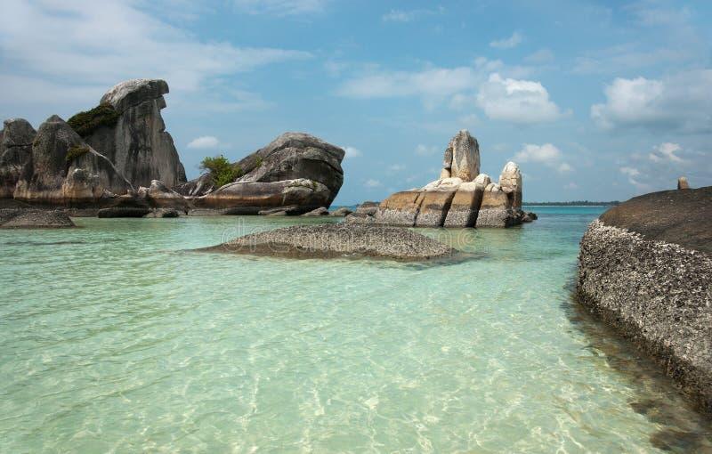 Formazione rocciosa naturale della costa in mare all'isola del Belitung, Indonesia immagine stock
