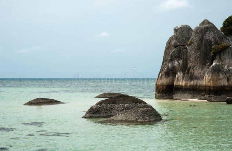 Formazione rocciosa naturale della costa in mare all'isola del Belitung, Indonesia fotografie stock libere da diritti