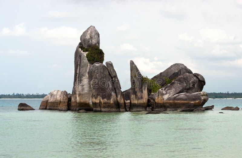 Formazione rocciosa naturale della costa in mare all'isola del Belitung, Indonesia fotografia stock libera da diritti