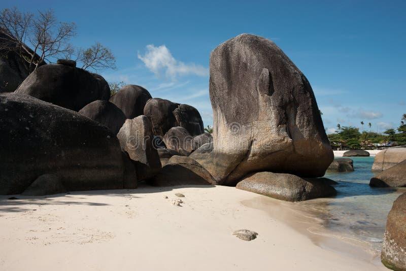 Formazione rocciosa naturale in mare e su una spiaggia di sabbia bianca nell'isola del Belitung, Indonesia immagine stock libera da diritti