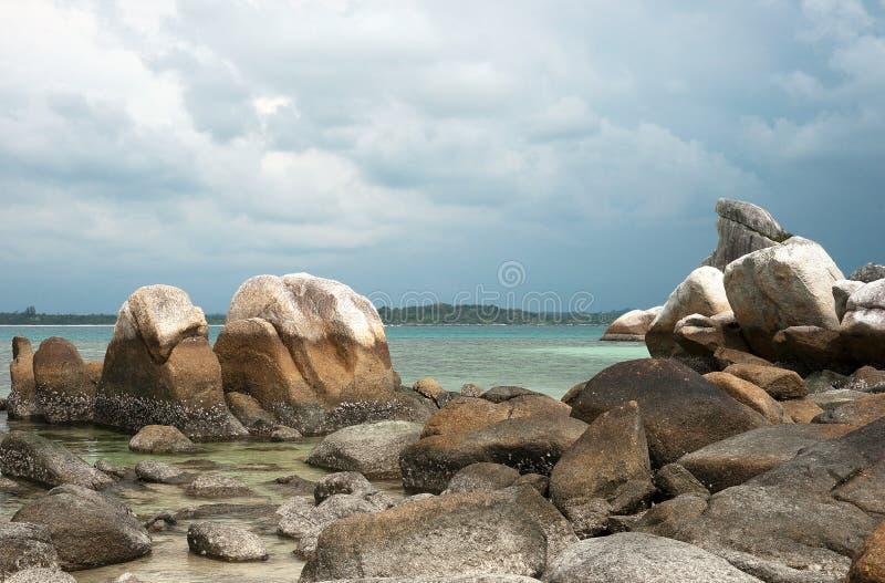 Formazione rocciosa naturale sulla costa nell'isola del Belitung fotografia stock