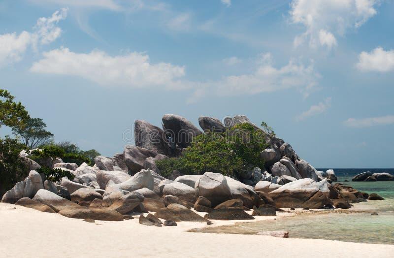 Formazione rocciosa naturale sulla spiaggia di sabbia bianca alla costa nell'isola del Belitung fotografia stock libera da diritti