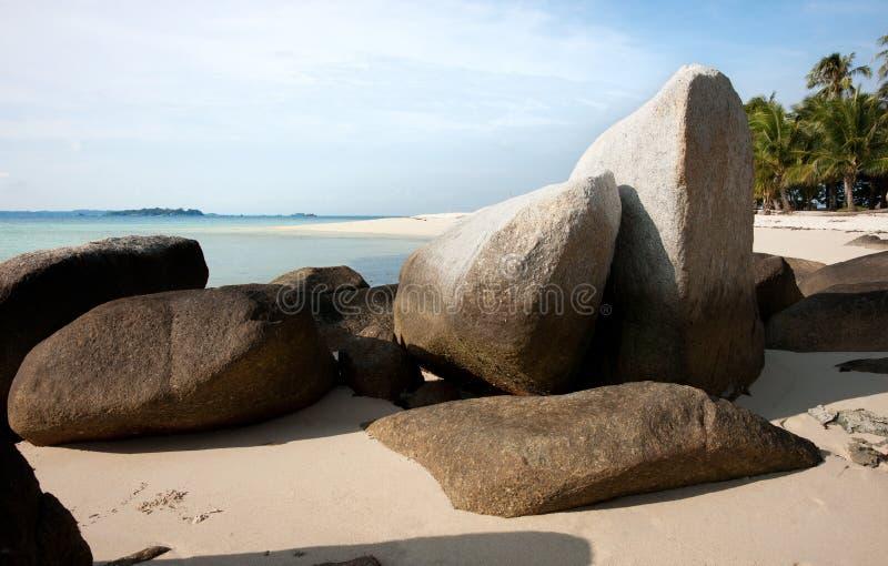 Formazione rocciosa naturale sulla spiaggia di sabbia bianca alla costa nell'isola del Belitung immagini stock