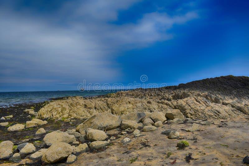 Formazione rocciosa sul bordo dell'oceano in Irlanda del Nord fotografia stock