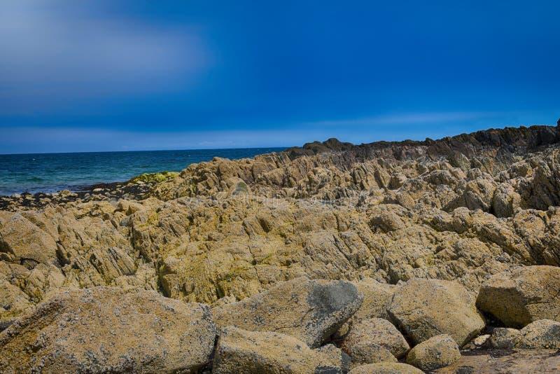 Formazione rocciosa sulla costa dell'Irlanda del Nord immagine stock