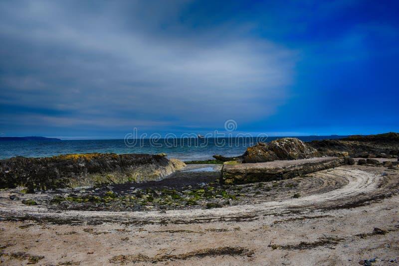 formazione rocciosa sulla costa in Irlanda del Nord fotografia stock