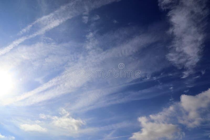 Formazioni belle e calmanti del cirro su un cielo blu profondo di estate fotografia stock libera da diritti