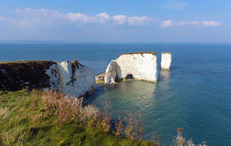 Formazioni BRITANNICHE giurassiche del gesso di Dorset Inghilterra vecchie Harry Rocks della costa compreso una pila immagine stock