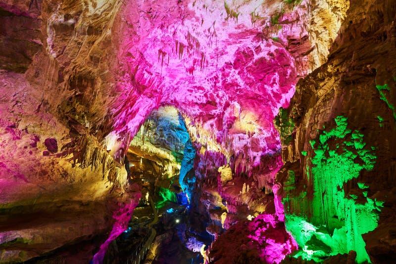 Formazioni della caverna di Kumistavi con stalattite evidenziata Regione di Kutaisi, Georgia fotografia stock