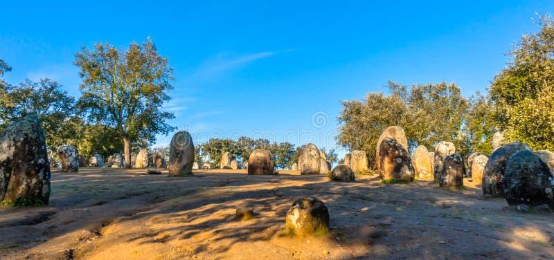 Formazioni di pietra monolitiche in Almendres Portogallo fotografia stock