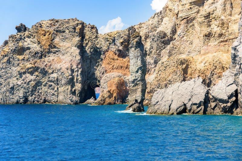 Formazioni rocciose alla costa dell'isola di Lipari immagine stock