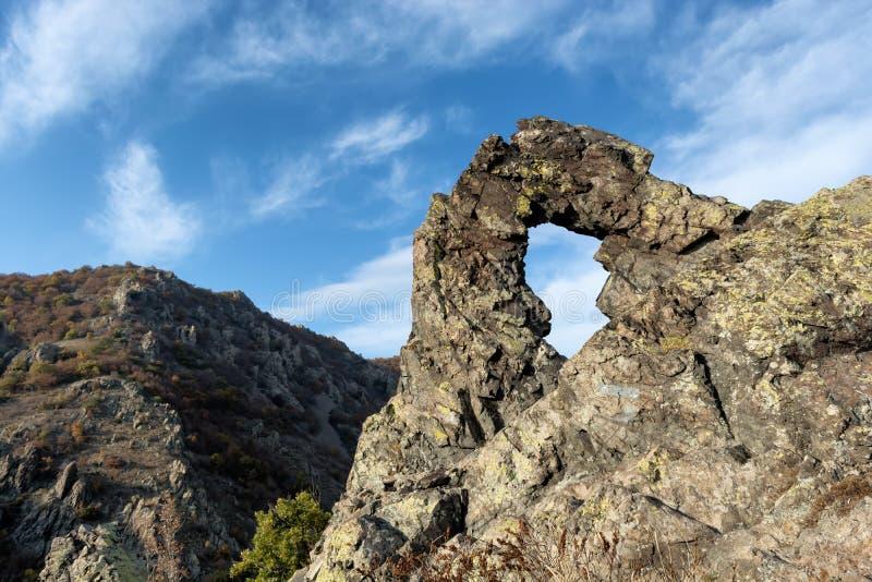 Formazioni rocciose del ` di Halkata del ` di formazione rocciosa nel ` delle pietre blu del ` del parco Sliven, Bulgaria L'altez fotografie stock