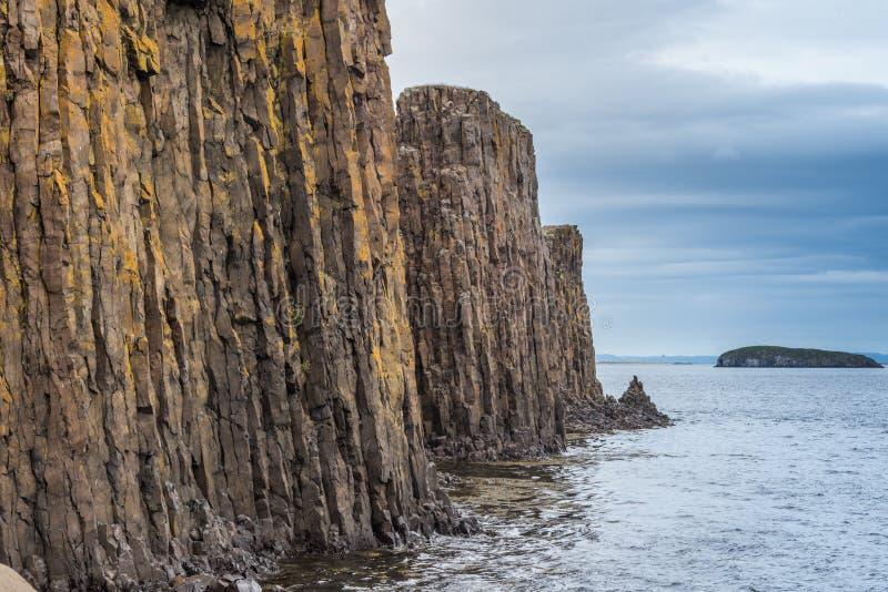 Formazioni rocciose della colonna del basalto, Stykkisholmur, Islanda fotografia stock libera da diritti