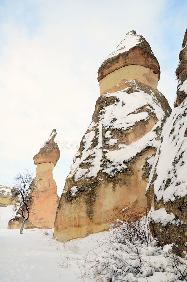 Formazioni rocciose geologiche sotto neve in Cappadocia, Turchia immagine stock libera da diritti