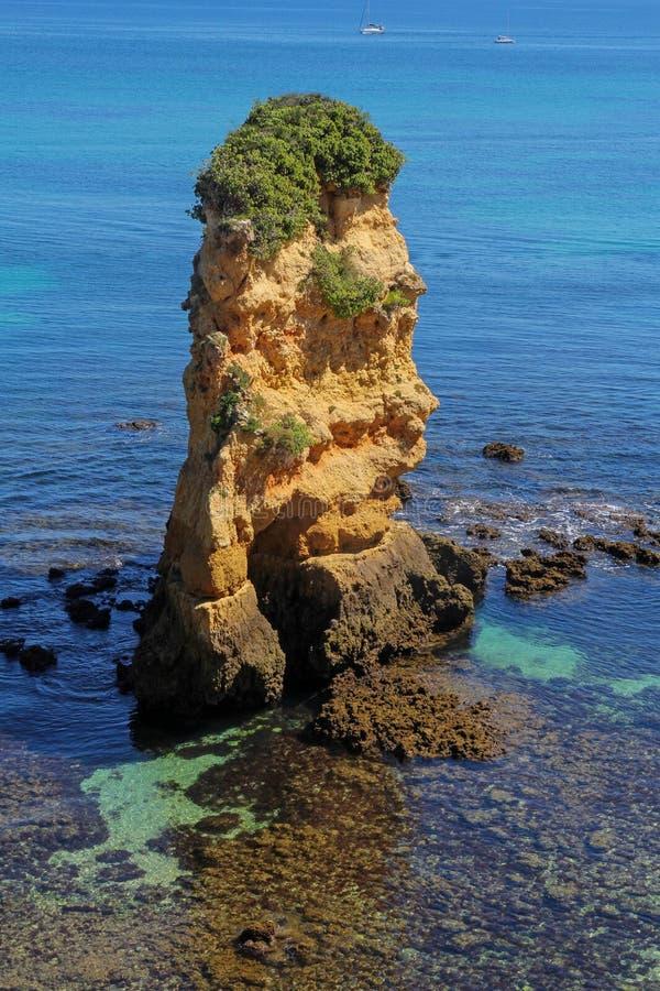 Formazioni rocciose su Dona Ana Beach a Lagos, Algarve, Portogallo fotografie stock