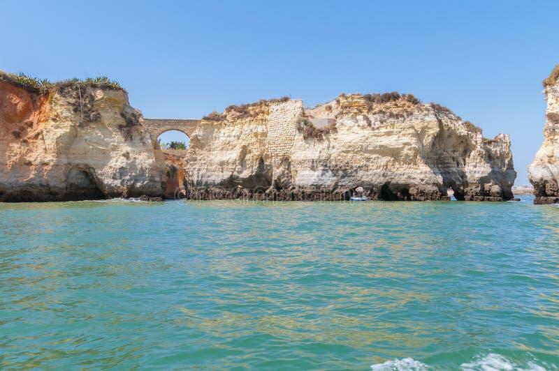 Formazioni rocciose vicino a Lagos veduta dall'acqua fotografia stock libera da diritti