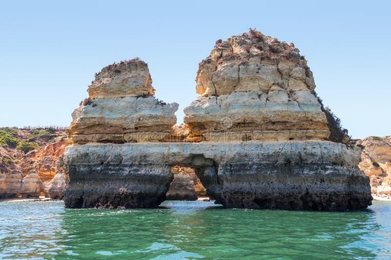 Formazioni rocciose vicino a Lagos veduta dall'acqua fotografia stock