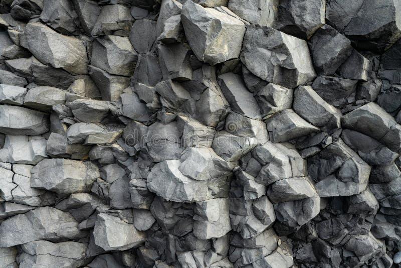 Formazioni rocciose vulcaniche del basalto in spiaggia di Reinisfjara vicino a Vik in Islanda del Nord fotografie stock libere da diritti