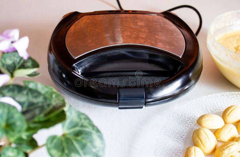 Forme électrique noire, pour les biscuits de cuisson images libres de droits