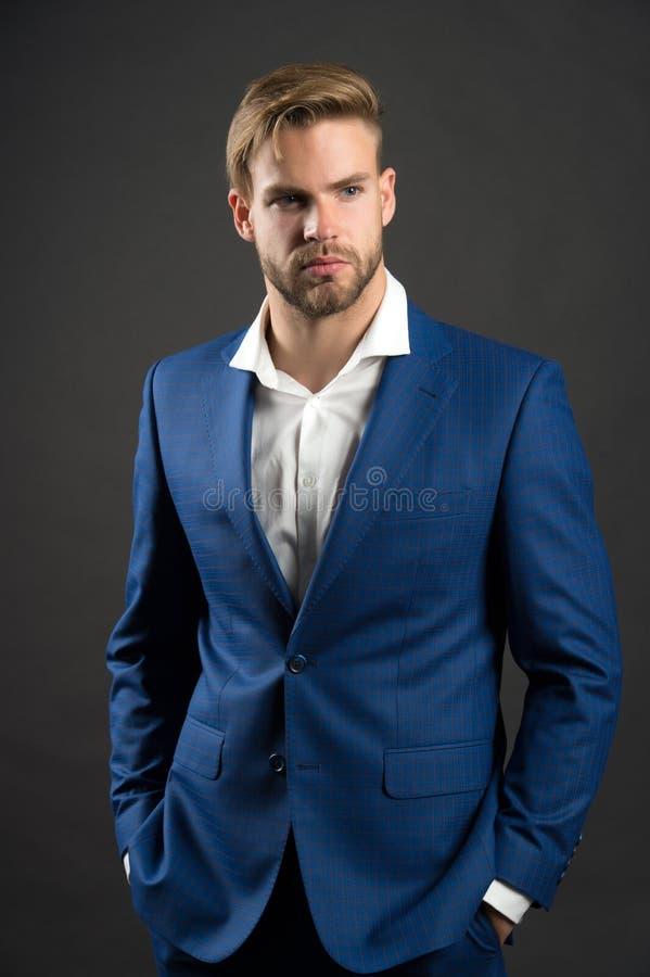Forme al hombre en chaqueta y camisa azules del traje Hombre de negocios con la cara barbuda y el pelo elegante Encargado en equi fotografía de archivo