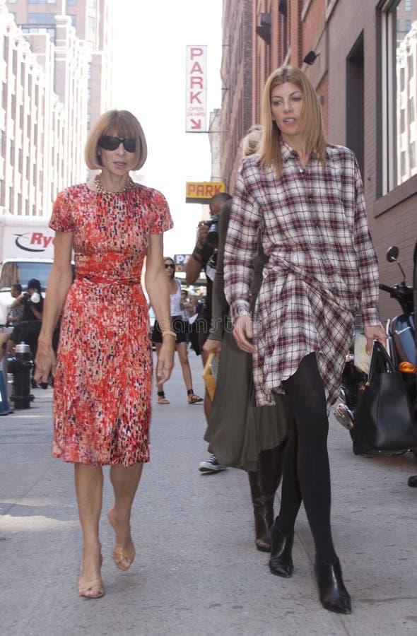 Forme al redactor Anna Wintour que llega a un desfile de moda en Nueva York imagen de archivo