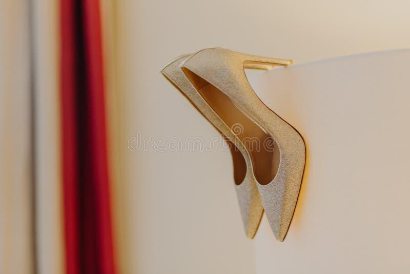 Forme aos saltos altos as noivas de prata da faísca sapatas para a ocasião especial contra o fundo branco Estilo clássico Conceit foto de stock royalty free