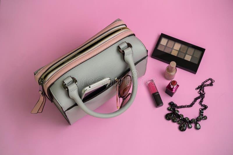 Forme a bolsa da mulher com telefone celular, composição e acessórios fotografia de stock