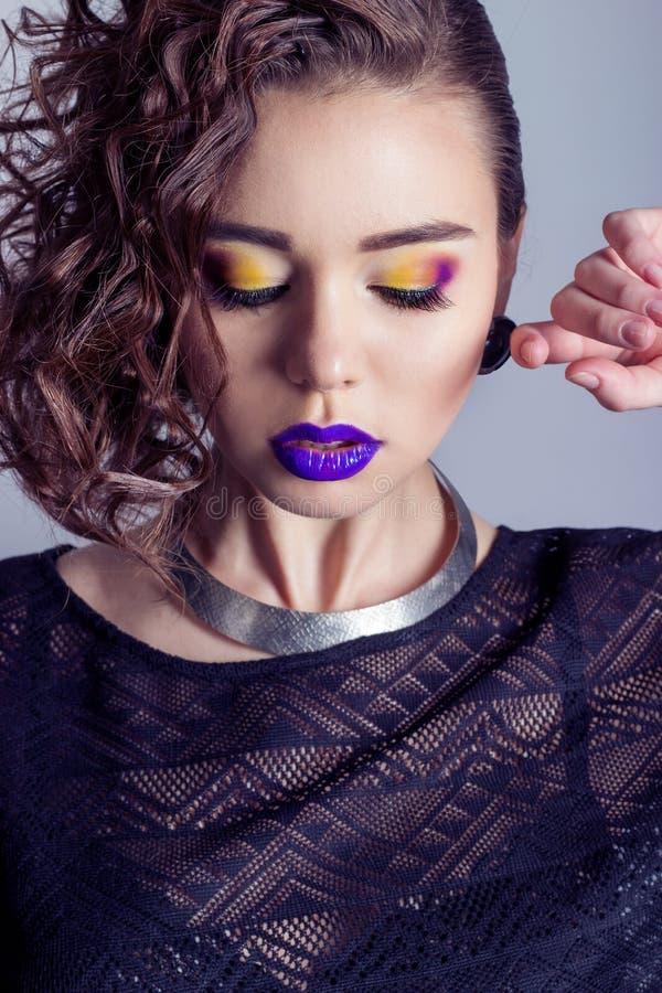 Forme a captura la muchacha atractiva hermosa con maquillaje brillante, labios llenos grandes con el lápiz labial púrpura, pelo h fotos de archivo libres de regalías