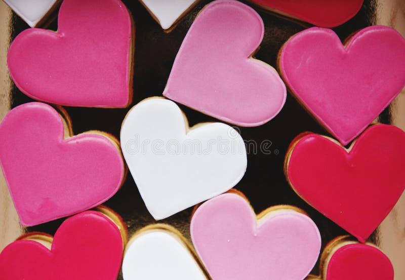 Forme colorée Valentine frappé par amour décoratif de coeurs de biscuit photographie stock libre de droits