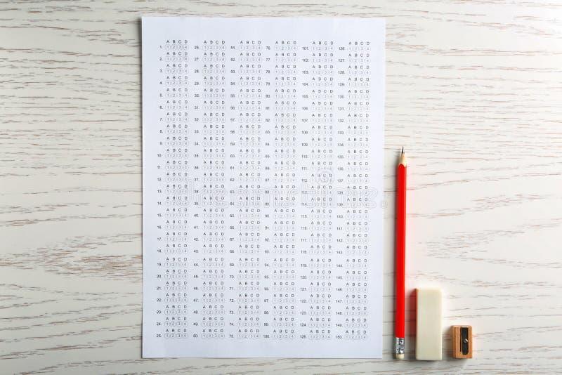 Forme, crayon et gomme d'examen photos stock
