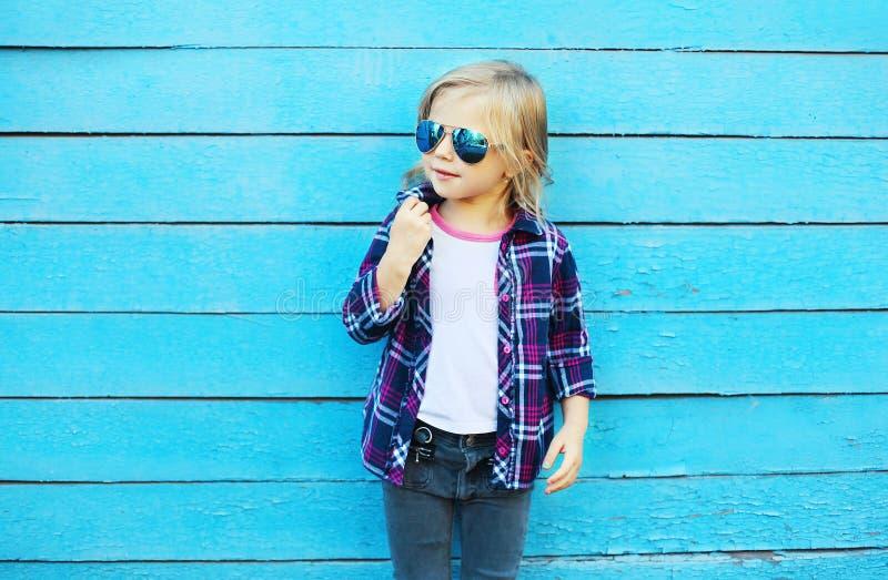 Download Forme A Criança Na Cidade, Vestir à Moda Da Criança óculos De Sol Foto de Stock - Imagem de fresco, olhar: 65576020