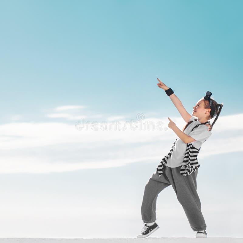 Forme a criança que aponta no espaço da cópia sobre o fundo do céu do miúdo III fotografia de stock