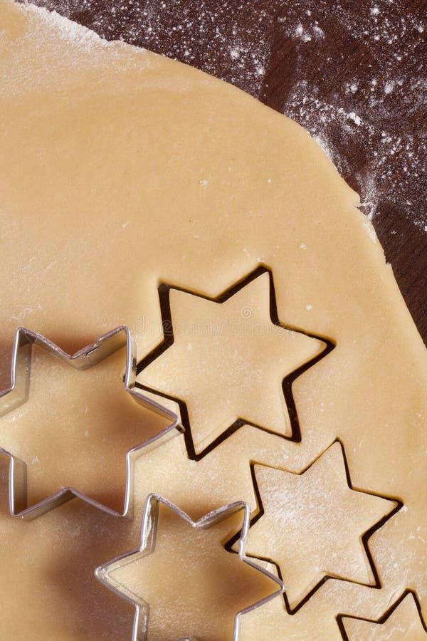 Forme d'étoile de la pâte de biscuits de découpage image libre de droits