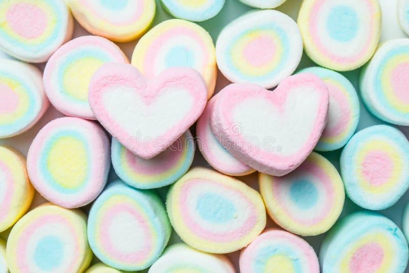 Forme d'amoureux des guimauves sur le backgr coloré de marshmellow images stock