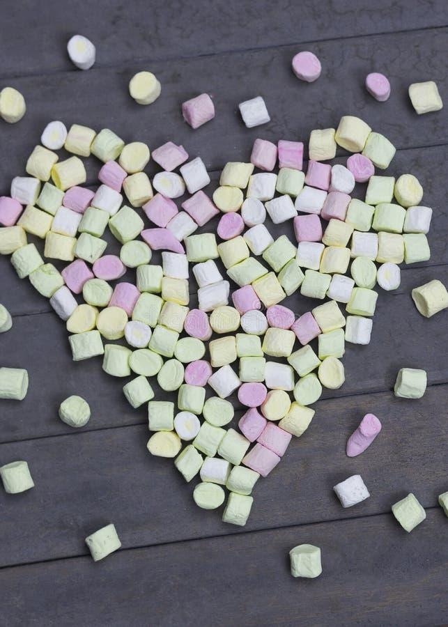 Forme d'amoureux des guimauves sur le fond en bois, la décoration pour l'amour et le concept de Saint Valentin images stock