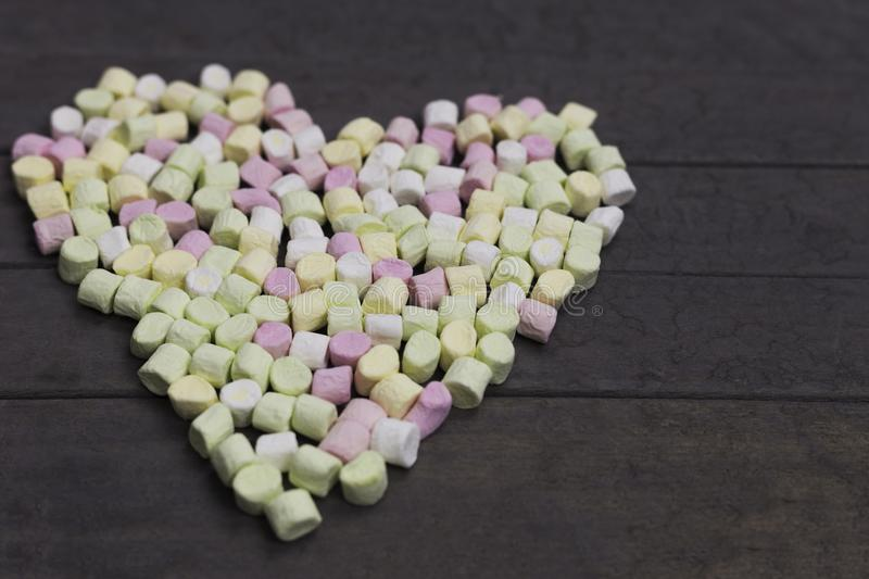 Forme d'amoureux des guimauves sur le fond en bois, la décoration pour l'amour et le concept de Saint Valentin image stock