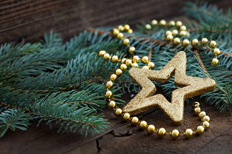 Forme d'or d'étoile sur le sapin images libres de droits