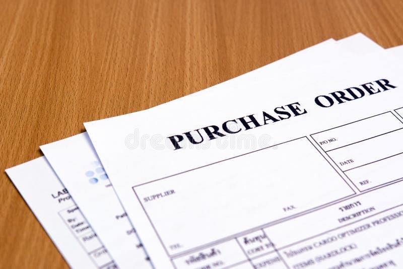Forme d'ordre d'achat sur la table en bois photo libre de droits